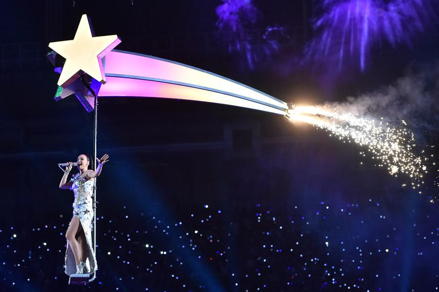 Katy+Perry+performs+at+halftime+for+the+Super+Bowl+XLIX.+Perry+performed+with+fellow+artists+Lenny+Kravitz+and+Missy+Elliott.+%0A