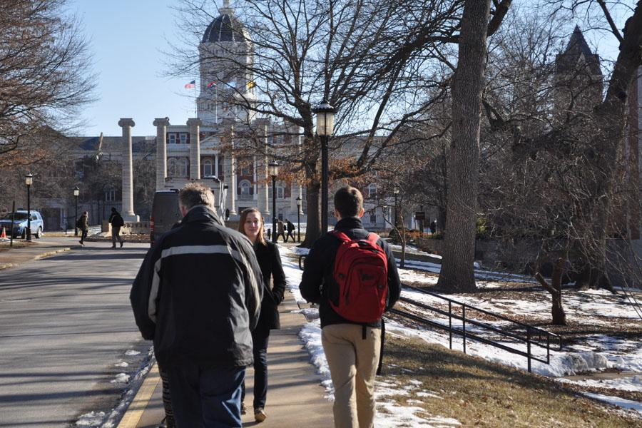 A+junior+from+University+Missouri+gives+a+tour+of+campus++to+an+incoming+freshman+from+St.+Louis+Missouri.+The+tours+were+held+on+the+hour+by+students+who+had+volunteered.+