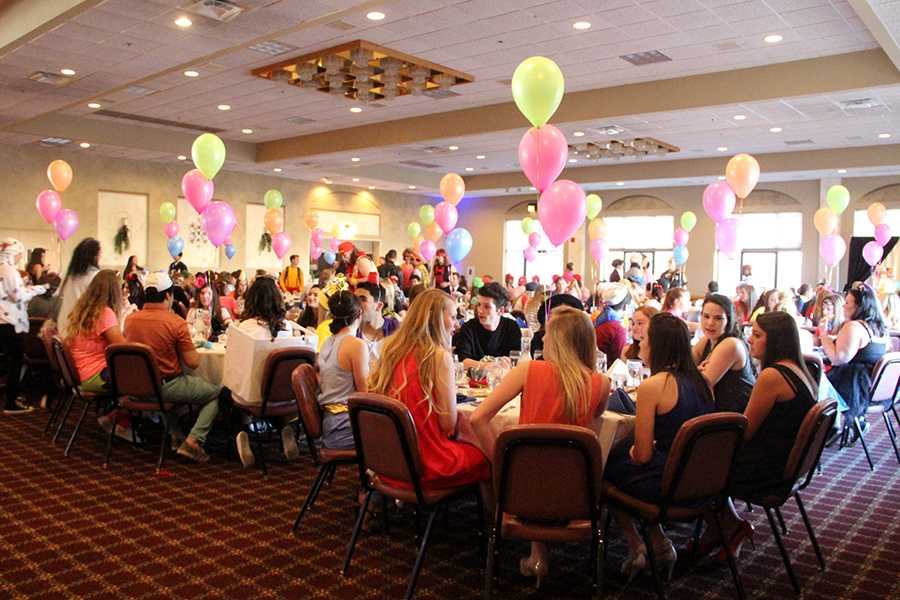 Balloons+decorate+the+tables+at+Villa+Cesare.+Senior+Banquet+was+held+on+Friday%2C++April+15.