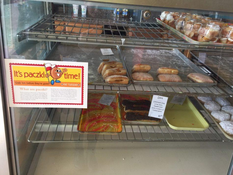 Paczkis+in+Branya%E2%80%99s+Bakery+sit+on+a+shelf+waiting+to+be+bought.+Branya%27s+Bakery+has+been+selling+paczkis+for+eight+years.