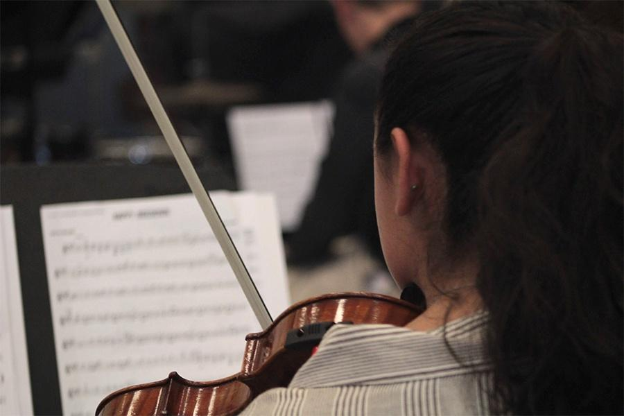 Madelyne Pedroza plays her violin during String Club's meeting. Pedroza started playing the violin at a young age. Photo by: Mia Martinez