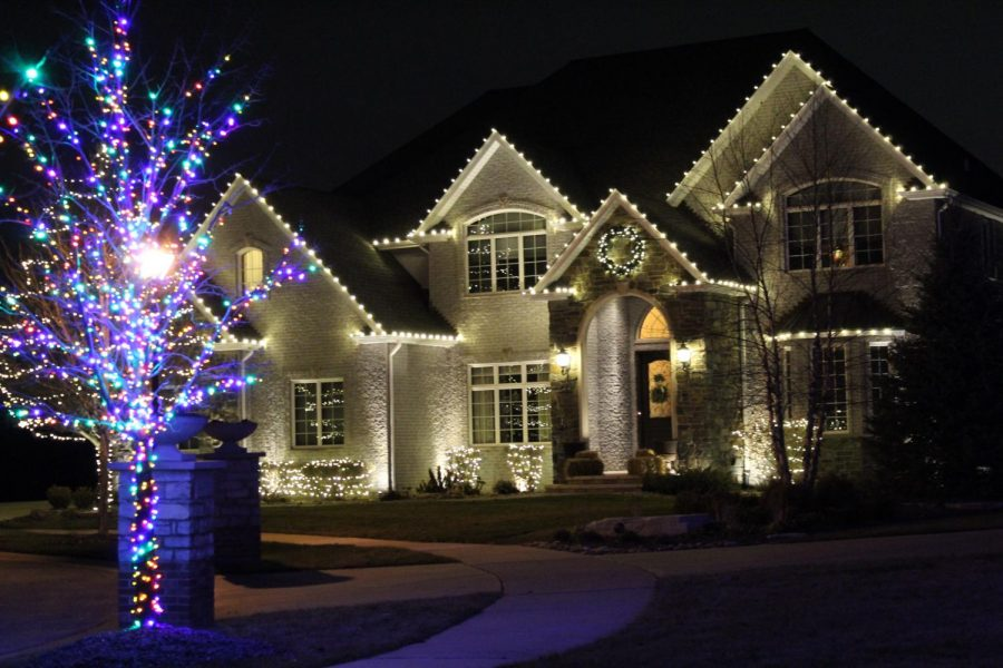 This+house+was+all-out+for+white+Christmas+lights+and+a+little+bit+of+colorful+lights.+%E2%80%9CI+like+white+Christmas+lights+because+they+look+brighter+than+other+lights+and+they+look+more+neat+and+put+together%2C%E2%80%9D+Amber+Engelhaupt+%2812%29