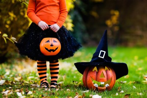 In Los Angeles, California, a young girl celebrated Halloween in 2017. Accompanied by a Jack-O-Lantern wearing a witch hat.